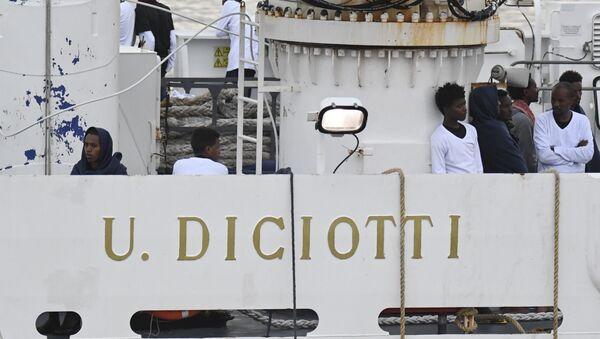 Migranti na palubě hlídkové lodi italské pobřežní stráže Diciotti - Sputnik Česká republika