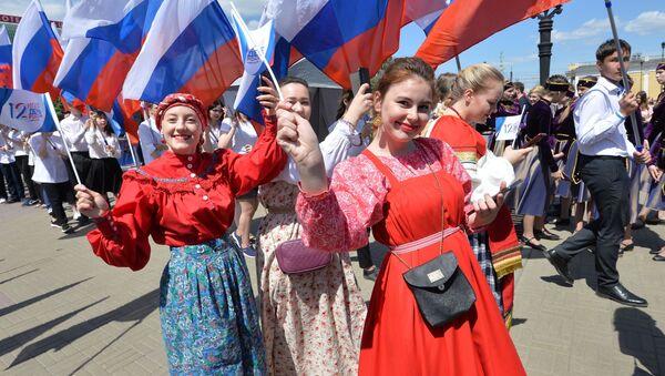 Dívky oslavují Den Ruska v Čeljabinsku. - Sputnik Česká republika