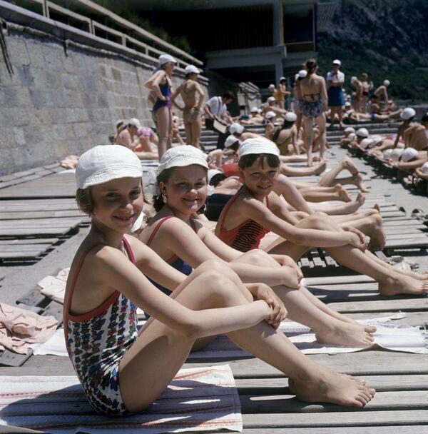 Děti na pláži tábora Artěk, 1973 - Sputnik Česká republika