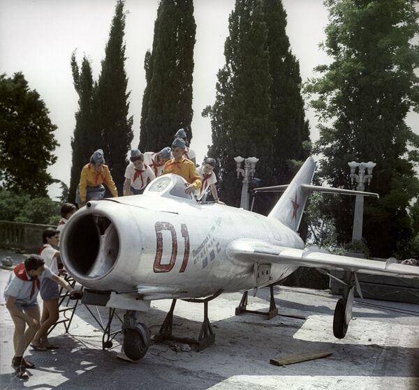 Stíhačka, kterou pionýři z Artěku dostali od pilotů letectva, 1967 - Sputnik Česká republika
