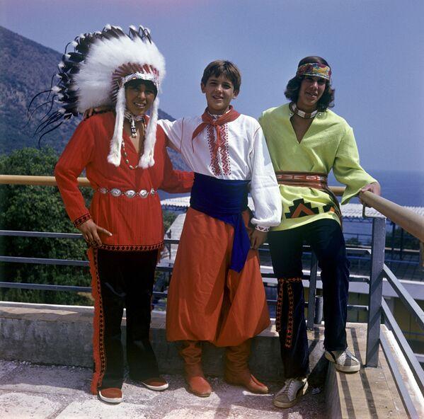 Sovětský pionýr a mladí Američané v mezinárodním táboře Artěk, 1973 - Sputnik Česká republika