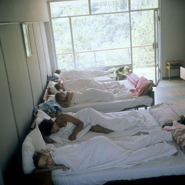 Děti spí během klidné hodinky v Artěku, 1968 - Sputnik Česká republika