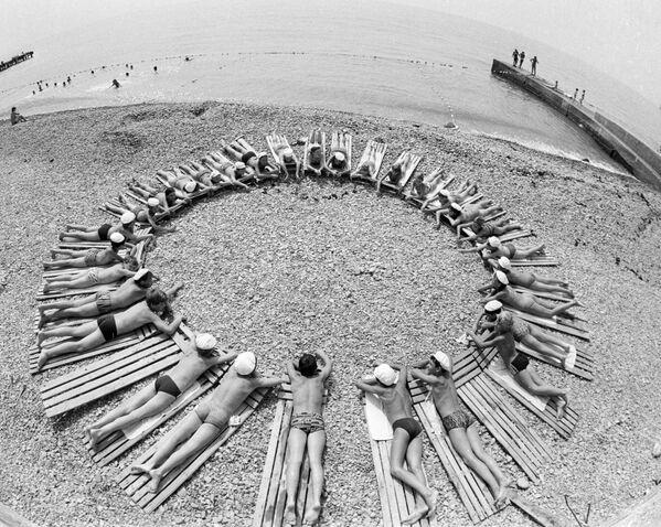 Děti se opalují na pláži Artěku, 1985 - Sputnik Česká republika