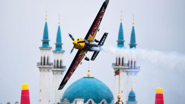 Český pilot Martin Šonka při pátečním tréninkovém letu Red Bull Air Race v Kazani - Sputnik Česká republika