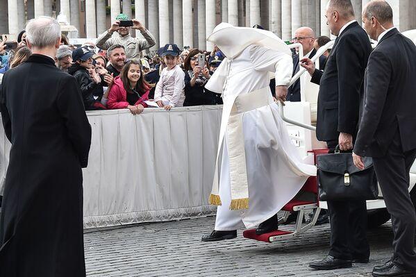 Papež František během silného větru ve Vatikánu. - Sputnik Česká republika