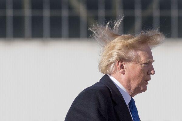 Americký prezident Donald Trump při nástupu na palubu letadla. - Sputnik Česká republika