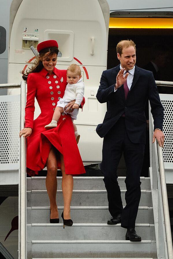 Prince William, Kate Middletonová a jejich dítě na letišti Wellington, Nový Zéland. - Sputnik Česká republika