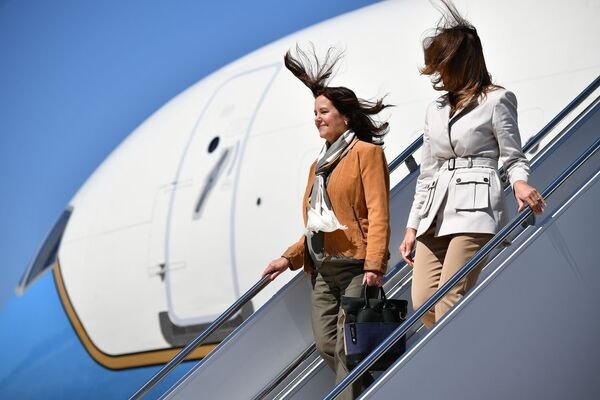 První dáma USA Melanie Trumpová a manželka amerického viceprezidenta Mike Pence Karen Pencová vystupují z letadla po příjezdu do Fort Bragg v Severní Karolíně. - Sputnik Česká republika