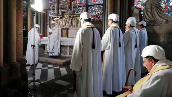 V Notre-Dame proběhla první služba po požáru. - Sputnik Česká republika