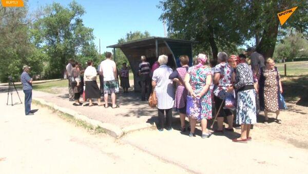 Pošta na koleni. V Rusku obyvatelé obce po požáru pošty dostávají korespondenci  na autobusové zastávce - Sputnik Česká republika