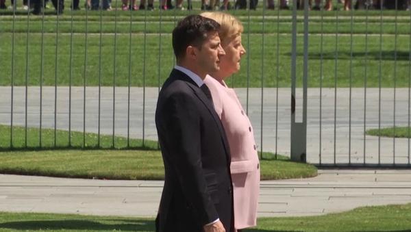 Merkelová se během oficiální schůzky s ukrajinským prezidentem  Zelenskym celá třásla (VIDEO) - Sputnik Česká republika