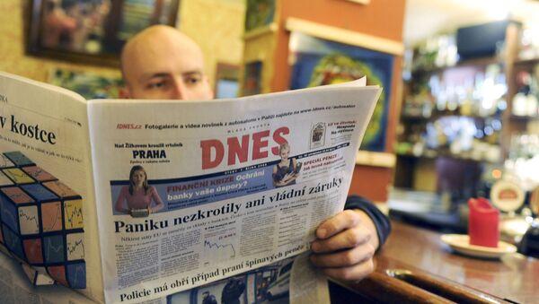 Muž čte MF Dnes. Ilustrační foto - Sputnik Česká republika