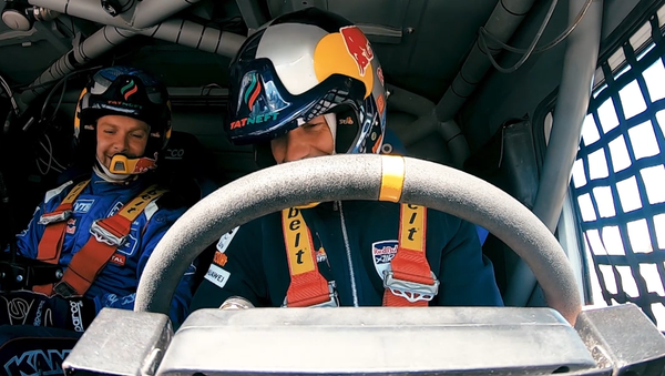 Český akrobatický pilot a ruský automobilový závodník si vyměnili své závodní stroje (VIDEO)  - Sputnik Česká republika
