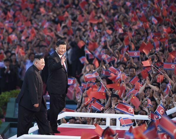 Vůdce KLDR Kim Čong-un a prezident Číny Si Ťin-pching se zúčastnili spartakiády. - Sputnik Česká republika