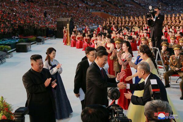 Vůdce KLDR Kim Čong-un a prezident Číny Si Ťin-pching na oslavách. - Sputnik Česká republika