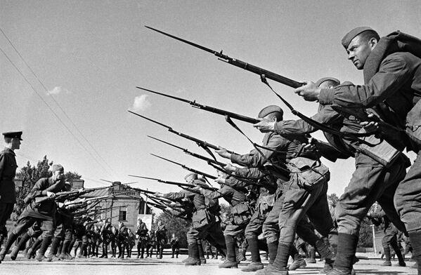 Výcvik vojáků před odjezdem na frontu. Moskva, srpen 1941. - Sputnik Česká republika