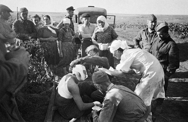 Zdravotní sestry poskytují první pomoc zraněným po leteckém útoku fašistů vedle Kišiněva. - Sputnik Česká republika