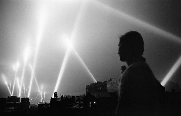 Zář reflektorů vojsk protivzdušné obrany v nebi nad Moskvou, červen 1941. - Sputnik Česká republika