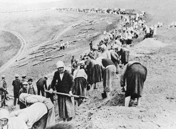 Příslušníci zemědělského družstva budují obranné linie v zóně nedaleko fronty. Červen 1941. - Sputnik Česká republika