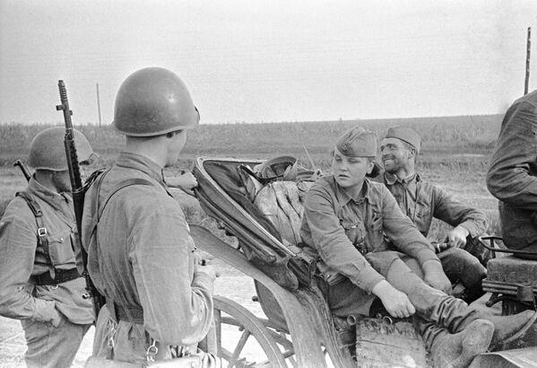 Průzkumnice Kaťa z Oděsy mluví s vojáky v oblasti Krasnyj Dalnik, červenec 1941. - Sputnik Česká republika