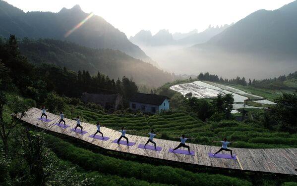 Lidé cvičí jógu v Číně. - Sputnik Česká republika