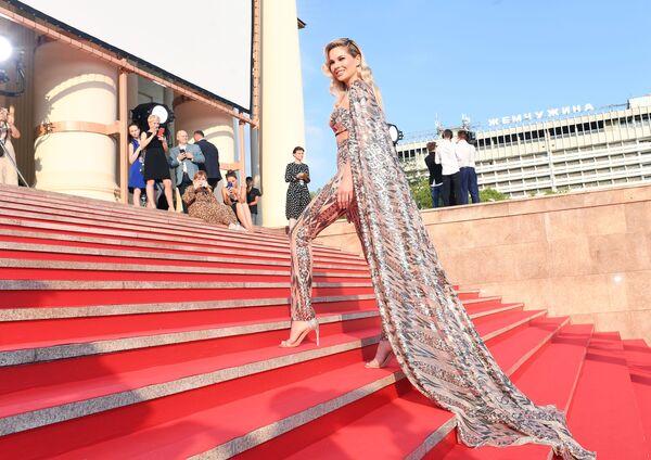 Ruská herečka Natalia Bardo během závěrečného ceremoniálu festivalu ruského kina Kinotavr. - Sputnik Česká republika