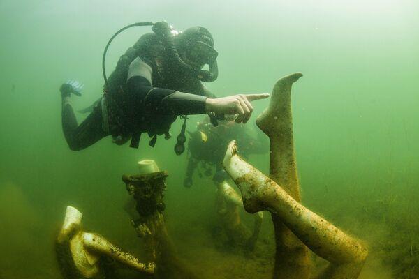 Potápěči pod vodou v Konstantinopolském lomu v Tverské oblasti. - Sputnik Česká republika