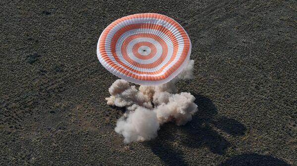 Přistání návratového modulu pilotované lodě Sojuz MS-11 s mezinárodní posádkou - Sputnik Česká republika