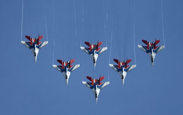 Vystoupení letecké akrobatické skupiny Striži na zahájení 5. Mezinárodního vojensko-technického fóra Army 2019. - Sputnik Česká republika