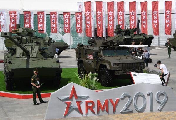 Samohybná děla ráže 120 mm 2S42 Lotos a samohybný minomet Drok na bázi obrněného vozidla Tigr-M na Mezinárodním vojensko-technickém fóru Army 2019. - Sputnik Česká republika
