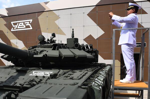 Zahraniční voják fotografující tank T-72 na Mezinárodním vojensko-technickém fóru Army 2019. - Sputnik Česká republika