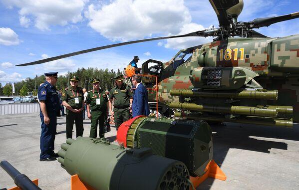 Návštěvníci před vojenskými vrtulníky Mi28NE na Mezinárodním vojensko-technickém fóru Army 2019. - Sputnik Česká republika