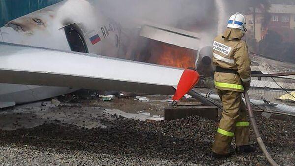 Hašení letounu An-24, který ve čtvrtek ráno nouzově přistál na letišti v Nižněangarsku - Sputnik Česká republika