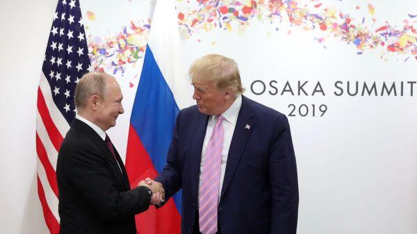 Ruský prezident Vladimir Putin a americký prezident Donald Trump během setkání na okraji summitu G20 v Osace - Sputnik Česká republika