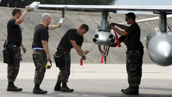 Slovenští Inženýři opravují stíhací letoun F-16  - Sputnik Česká republika