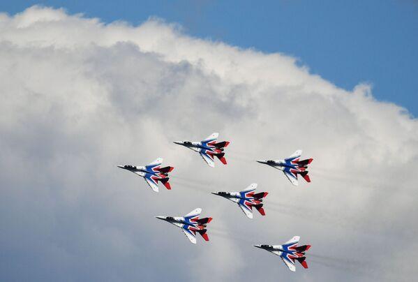 Let letecké skupiny Striži na mezinárodním vojensko-technickém fóru Army-2019. - Sputnik Česká republika