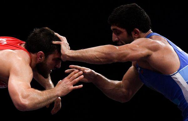 Bělorus Ali Šabanov a Rus Dauren Kurugliev během zápasu na Evropských hrách v Minsku. - Sputnik Česká republika