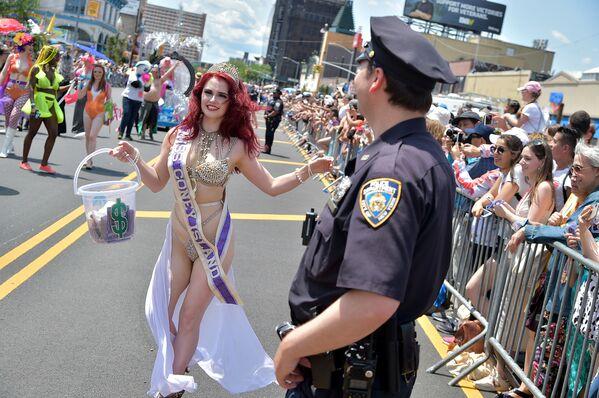 Miss Coney Island na 37. každoročním pochodu mořských panen v New Yorku. - Sputnik Česká republika