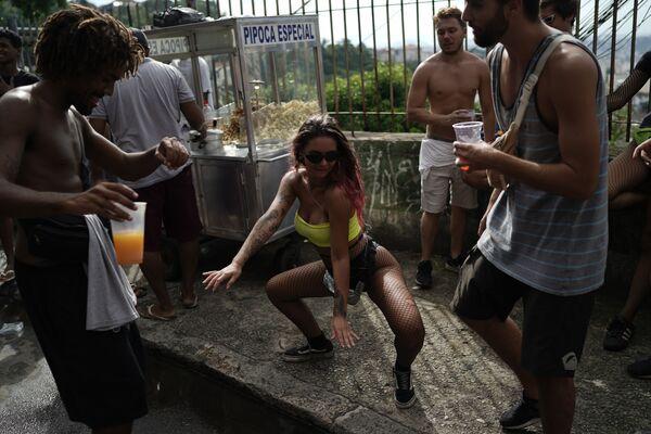 Dívka tančí během karnevalu na ulici v Rio de Janeiro, Brazílie - Sputnik Česká republika
