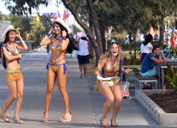 Dívky v zlatých bikinách na Gold Coast v Austrálii  - Sputnik Česká republika