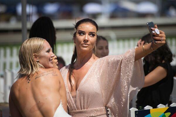 Dívky se fotí před začátkem dostihu Met horse race v Kapském Městě v Jihoafrické republice - Sputnik Česká republika