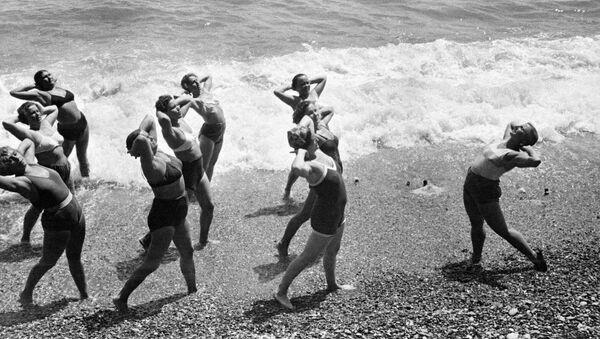 Ranní cvičení na pobřeží Černého moře na Krymu, 1953. - Sputnik Česká republika