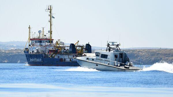 Pátrací a záchranná loď Sea-Watch 3 přepravující migranty u ostrova Lampedusa, Itálie - Sputnik Česká republika