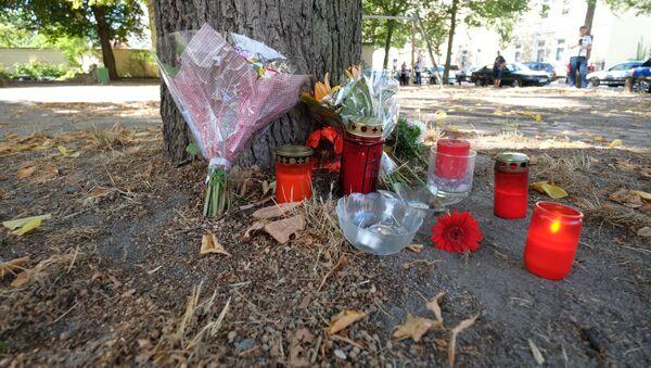 Květiny a svíčky na místě vraždy 22letého Němce, kterého zabili dva afghánští migranti ve městě Kethen, Německo - Sputnik Česká republika