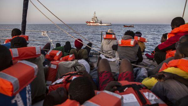 Italská loď společnosti Mediterranea s migranty na palubě - Sputnik Česká republika
