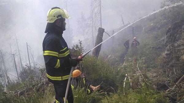 Hasič likviduje požár, Veľký Gápeľ - Sputnik Česká republika
