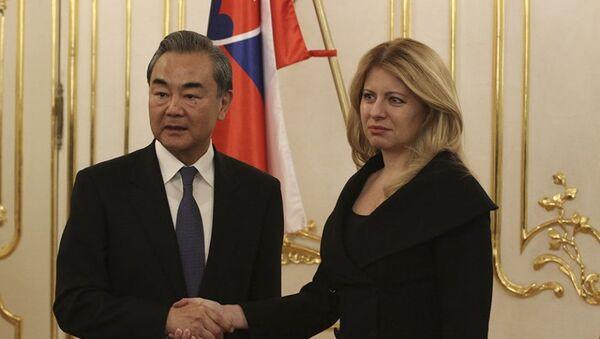 Čínský ministr zahraničí  Wang I a prezidentka Slovenska Zuzana Čaputová - Sputnik Česká republika