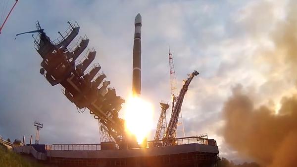 Video: Z ruského kosmodromu odstartovala nosná raketa Sojuz 2.1v se čtyřmi satelity pro vojenské účely  - Sputnik Česká republika