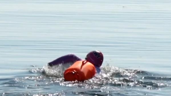 """Video: 800 km za 60 dnů. Švýcarský """"velvyslanec vody"""" se chystá přeplout ruský Bajkal  - Sputnik Česká republika"""