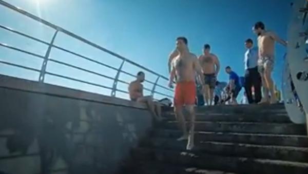 Video: Ukrajinský prezident Volodymyr Zelenskyj se spolu s turisty vykoupal v červených plavkách v Černém - Sputnik Česká republika
